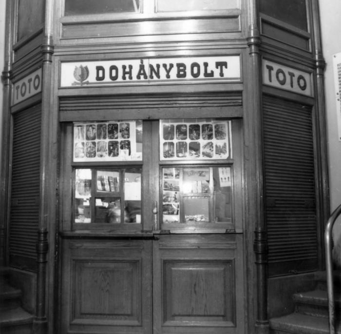 Budapest, Petőfi Sándor utcai posta - Dohánybolt