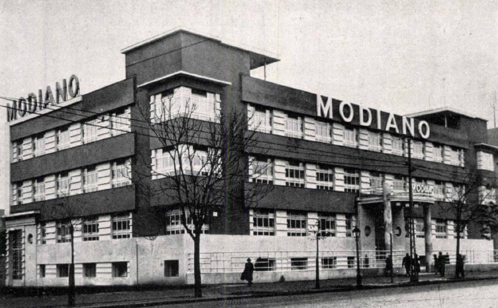 30f7546a96 1932-ben, amikor a Váci út 48. alatt felépült Modiano S. D.  szivarkapapírgyárának épülete, még Budapesten készült az országban  elszívott cigaretták és ...